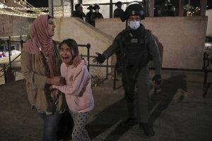 Izraelský vojak a palestínska žena v blízkosti damašskej brány v Jeruzeleme.