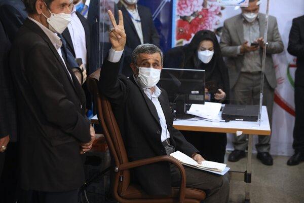 Bývalý iránsky prezident Mahmúd Ahmadínežád ukazuje znak víťazstva počas registrácie svojej kandidatúry do nastávajúcich prezidentských volieb.