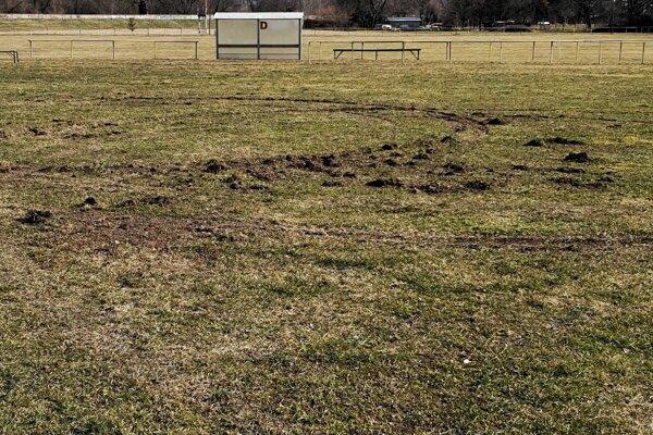 Mladý vodič spôsobil na futbalovom ihrisku svojou nezodpovednou jazdou škody.