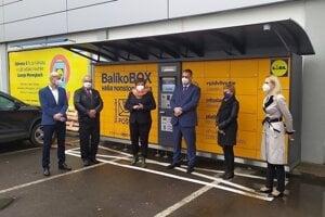 BalíkoBox dnes oficiálne uviedli do prevádzky primátorka mesta Nadežda Babiaková, predseda predstavenstva Slovenskej pošty Martin Ľupták a Boris Katuščák, riaditeľ úseku prevádzky a člen predstavenstva Slovenskej pošty.