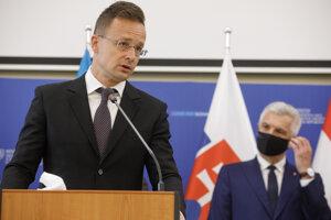 Minister zahraničných vecí Maďarska Péter Szijjártó (v popredí) počas tlačovej konferencie pri príležitosti stretnutia ministrov zahraničných vecí stredoeurópskych krajín C5 a Ukrajiny v Bratislave.