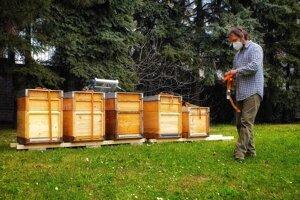 Včelár Tomáš Blaškovič pri osádzaní úľov v Dúbravke.