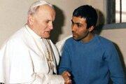Na archívnej snímke z 27. decembra 1983 pápež Ján Pavol II. a turecký atentátnik Mehmet Ali Agca sa rozprávajú vo väzení dva roky po jeho pokuse o atentát na Svätého Otca.