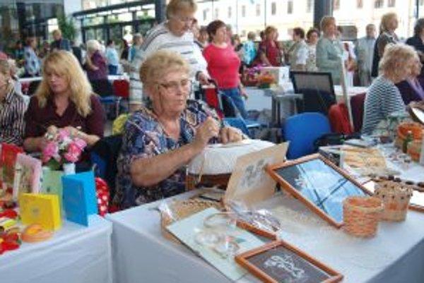Na Seniorský veľtrh zavítalo množstvo návštevníkov. Obdivovali krásu ručných prác ale aj šikovnosť a zručnosť priamo pri tvorbe. Na snímke Emília Husáková pri paličkovaní.