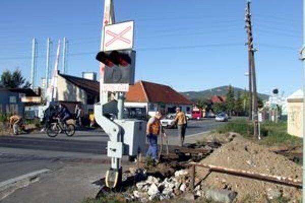 Priecestie na Braneckého ulici, ktorá je vstupnou bránou na Klokočinu, rozšíria o chodníky.