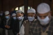 Moslimovia v Indii sa modlia za obete pandémie ochorenia Covid-19.