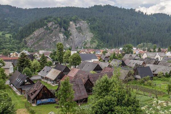 Červená skala sa týči nad Podbielom.