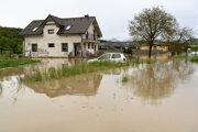 Trvalý dážď spôsobil problémy i vo viacerých obciach okresu Bánovce nad Bebravou. Obce Uhrovec a Horné Naštice vyhlásili tretí stupeň povodňovej aktivity, problémy voda spôsobila i v Dežericiach.