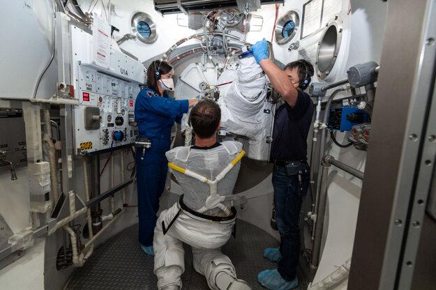 Astronaut Thomas Pesquet má na sebe oblečenú časť odevu s chladením a ventiláciou, o ktorú sa astronauti delia.