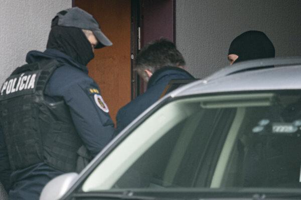 Bývalý šéf kontrarozviedky Slovenskej informačnej služby (SIS) Ľubomír Arpáš prichádza v sprievode policajnej eskorty na Špecializovaný trestný súd v Pezinku 26. novembra 2020.