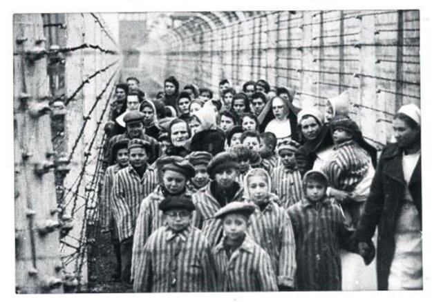 Ľudovít Feld po oslobodení Osvienčimu s charakteristickými okrúhlymi okuliarmi vpredu vľavo.
