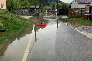 V Oškerde voda pokryla aj ulicu.