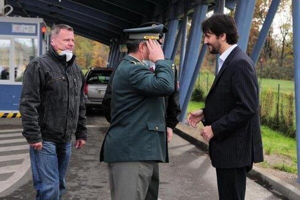 Miroslav Uchnár vľavo, vpravo vtedajší minister vnútra Róbert Kaliňák.