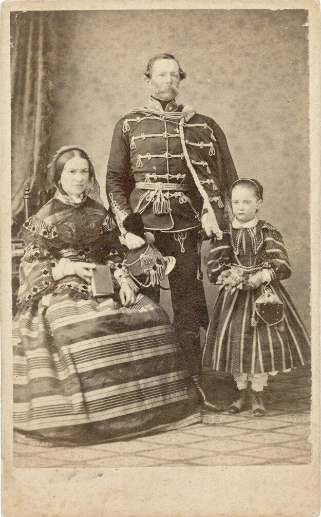 Husársky dôstojník v parádnej uniforme s manželskou a dcérkou z roku asi 1865.