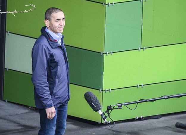 Spoluzakladateľ a riaditeľ nemeckej spoločnosti BioNTech Ugur Sahin odpovedá na otázky novinárov pred sídlom firmy v nemeckom meste Mainz v decembri 2020.