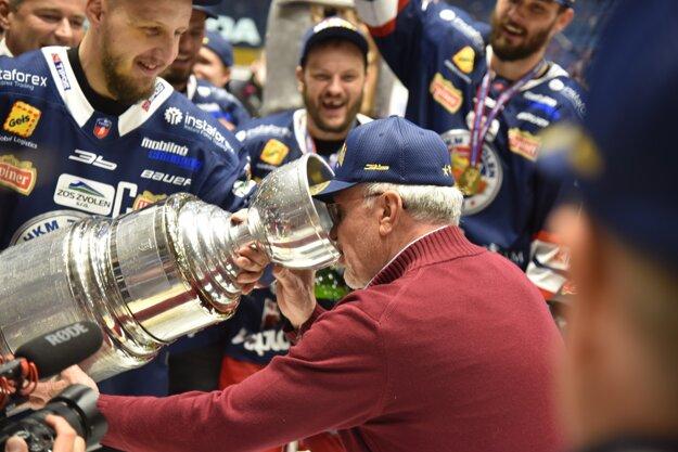 Dušan Mráz pije z majstrovského pohára v deň svojich narodenín.