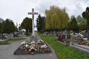Cintorínu v Poprade - Veľkej dominuje veľký kríž.
