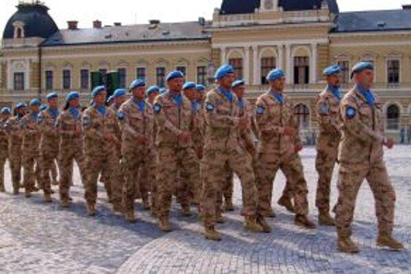 Slávnostný nástup vojakov na námestí.