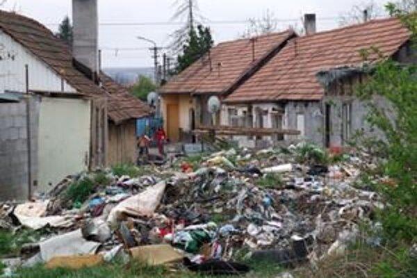 Smetisko v strede dediny.
