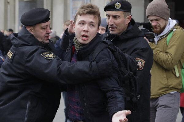 Bieloruská polícia odvliekla z lietadla zakladateľa opozičného kanálu Nexta Ramana Prataseviča. Na snímke jeho zatknutie v roku 2017.