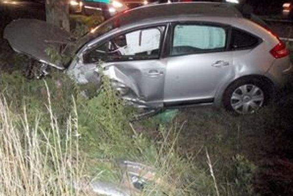 Auto bolo po náraze do stromu zdemolované. Hasiči a policajti prišli na miesto nehody až po vyše hodine.