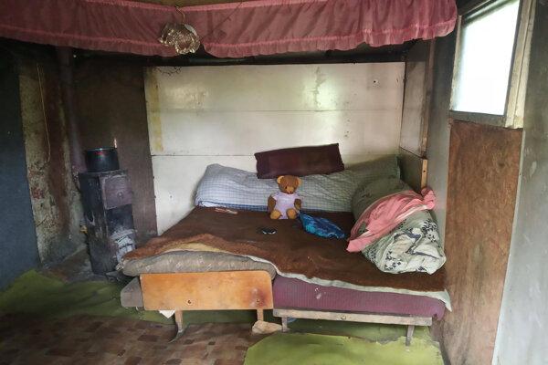 Domov šesťčlennej rodiny. V nevyhovujúcich podmienkach žije na území mesta možno až 2500 ľudí.