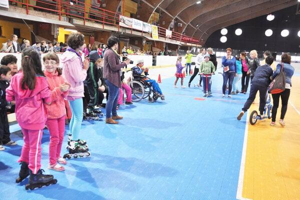 Bufet na zimnom štadióne poskytuje účastníkom aj divákom občerstvenie počas športových a kultúrnych podujatí.
