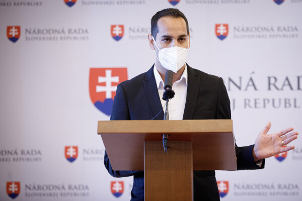 Poslanec Ján Herák na tlačovej konferencii.