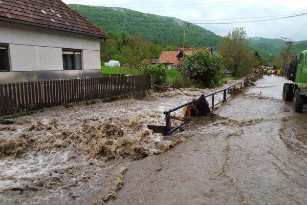 Hasiči zasahujú pri záplavách v obci Rudno nad Hronom.