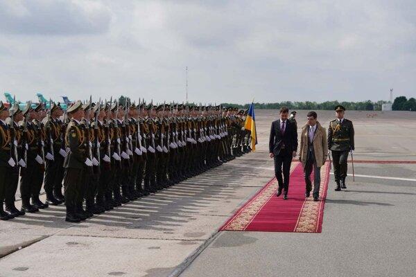 Premiér Eduard Heger je na návšteve Ukrajiny.
