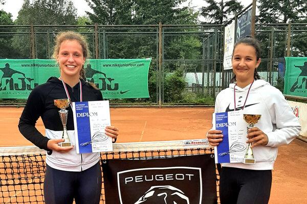 Víťazky štvorhry - vpravo Lucia Hradecká z Nitry, vľavo Kiara Žabková z Trnavy.