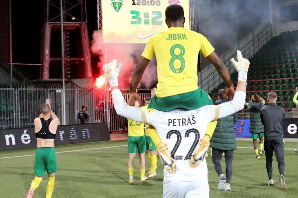Po zápase sa boli šošoni poďakovať ultras fanúšikom, ktorí predviedli pyrotechnickú šou.