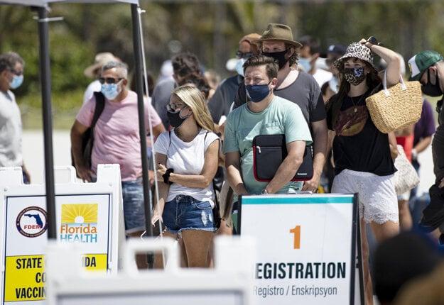 Ľudia čakajú v rade na vakcínu na Floride.