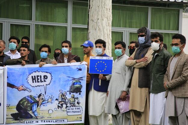 Afganskí tlmočníci žiadajú azyl.