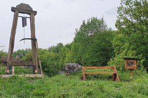 Knižná búdka sa nachádza pri zvoničke v Kľačanoch.