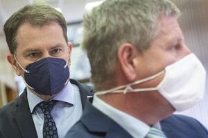 V popredí minister zdravotníctva SR Vladimír Lengvarský (nominant OĽaNO) čaká na tlačovú konferenciu k aktuálnej epidemiologickej situácii a vľavo podpredseda vlády a minister financií SR Igor Matovič.