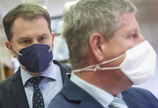 V popredí minister zdravotníctva SR Vladimír Lengvarský (nominant OĽaNO) a vľavo podpredseda vlády a minister financií SR Igor Matovič.