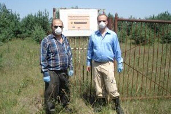 Slovenský vedec Hajduch s profesorom Rashydovom pred rádioaktívnym políčkom v Černobyle.