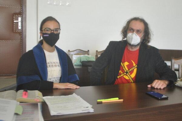 Ľuboš Lorenz s advokátkou Natáliou Hangáčovou v sieni krajského súdu.