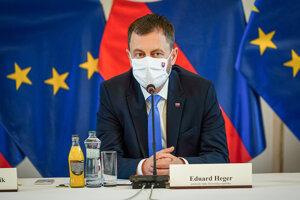 Predseda vlády SR Eduard Heger počas rokovania s predstaviteľmi Združenia miest a obcí Slovenska, Združenia samosprávnych krajov a Únie miest Slovenska.