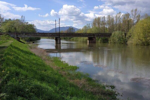 Trasu cyklochodníka popod most zaplavilo.