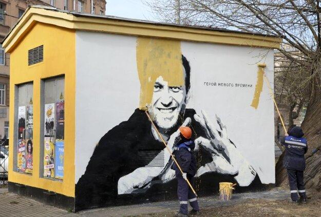Pracovníci pretierajú v Petrohrade graffiti ruského opozičného lídra Alexeja Navaľného s nápisom Hrdina našej doby.