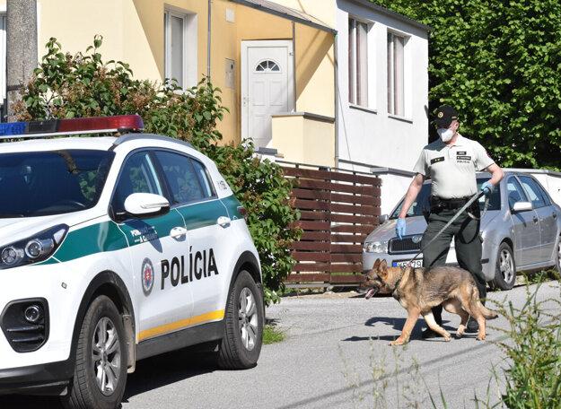 Polícia mala podľa našich informácií prehľadávať dom kvôli zbraniam.