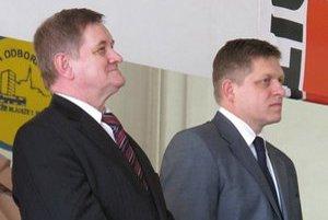 Predseda Nitrianskeho samosprávneho kraja Milan Belica a premiér Robert Fico. Borík tvrdí, že župan s tendrami nemá nič spoločné.