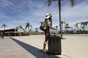 Pasažierka po prílete na letisko v meste Faro v regióne Algarve.