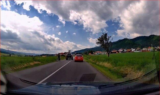 Ak by cyklistka nezastavila, pravdepodobne by ju čakal čelný stret s pickupom.