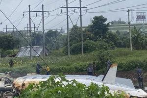 Trosky vojenského lietadla, ktoré sa zrútilo v blízkosti druhého najväčšieho mjanmarského mesta Mandalaj.