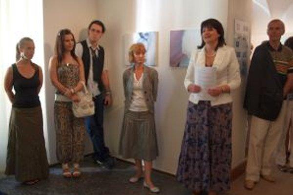 Výstavu Diplom 2012 v Nitrianskej galérii otvorila vedúca katedry výtvarnej tvorby a výchovy UKF Adriana Récka (druhá sprava).