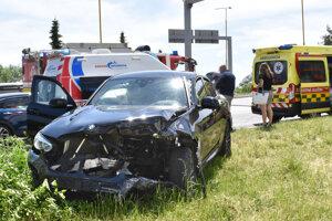 BMW skončilo po zrážke v tráve.