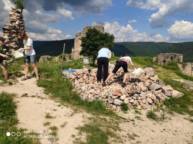 Dobrovoľníci pomáhajú na hrade v Turni nad Bodvou.